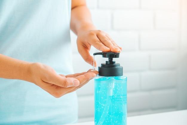 Mujer con desinfectante para manos