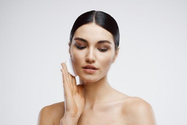 Mujer, con, desnudo, desconectable, crema, cuidado de la piel, primer plano