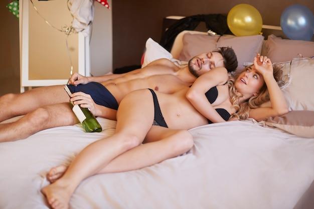 Mujer despertando después de fiesta loca