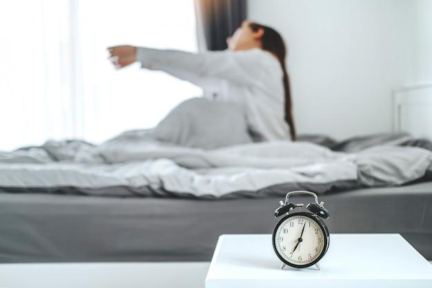 Mujer despertando en la mañana