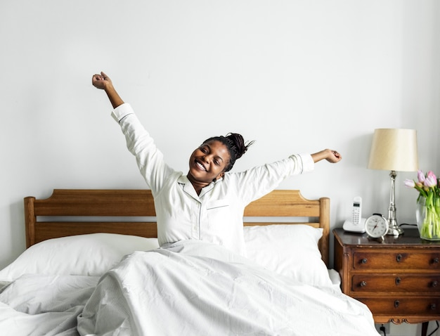 Una mujer despertando