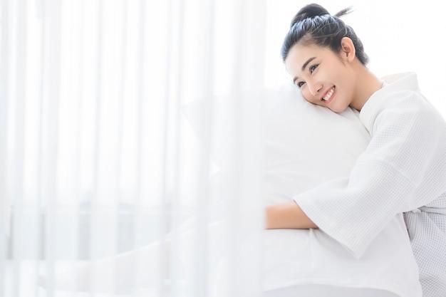 Mujer despertándose en su cama.