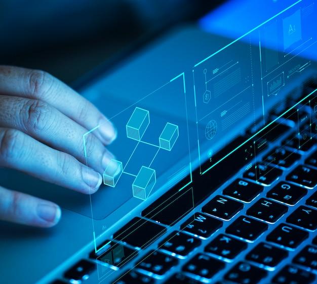 Mujer desplazándose en una computadora portátil
