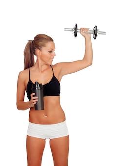 Mujer después de su entrenamiento, beber batido de proteínas y con una manzana