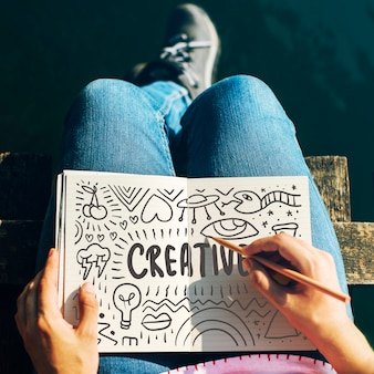 Mujer dibujando ideas creativas en un cuaderno