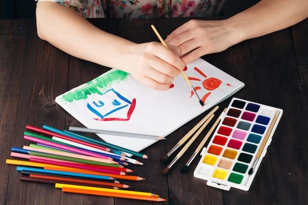 Mujer dibujo casa familiar como concepto de finca