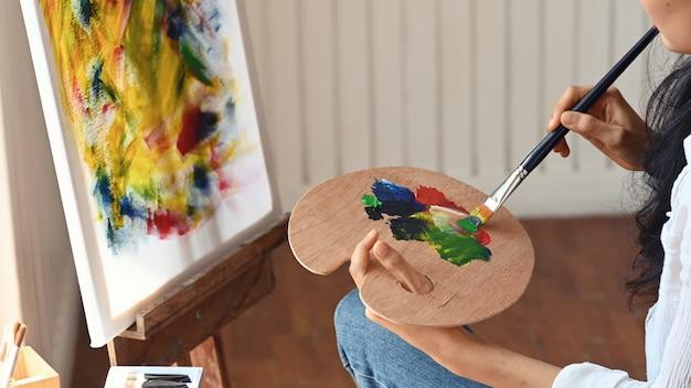 Mujer dibujo color de agua en el estudio de arte.