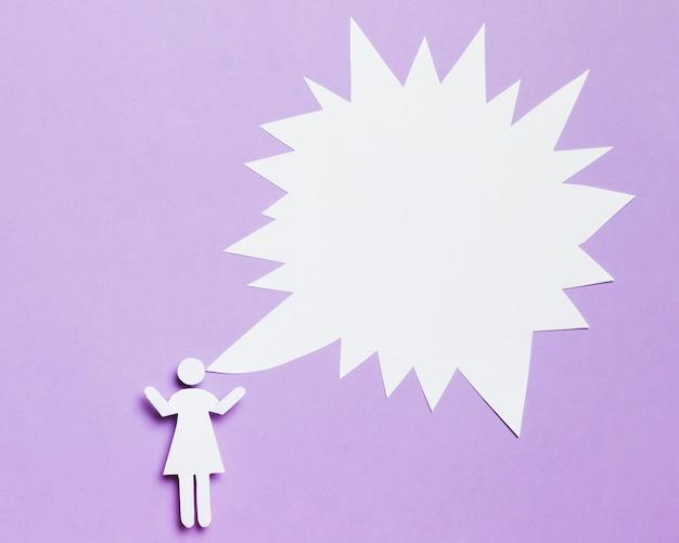 Mujer de dibujos animados con burbuja de chat de texto en blanco