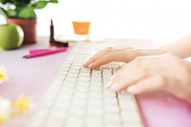 Mujer y dieta de frutas mientras trabajaba en la computadora en la oficina