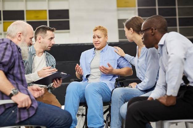 Mujer con discapacidad en grupo de apoyo