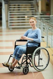 Mujer con discapacidad mediante teléfono móvil