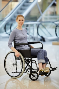 Mujer discapacitada en centro comercial