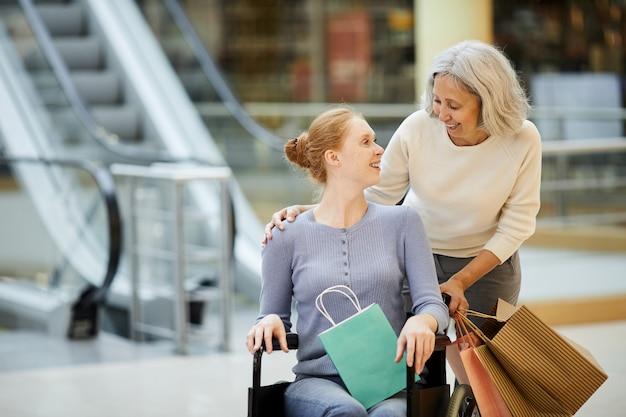 Mujer discapacitada con enfermera