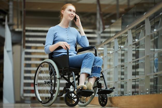 Mujer discapacitada hablando por teléfono