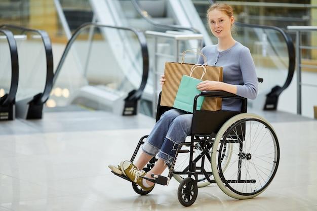Mujer discapacitada haciendo compras