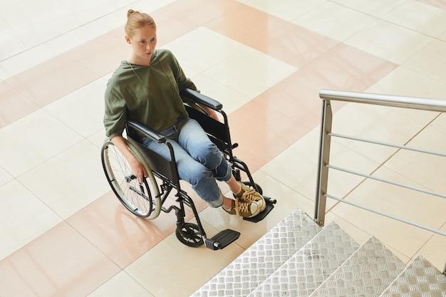 La mujer discapacitada no puede subir las escaleras