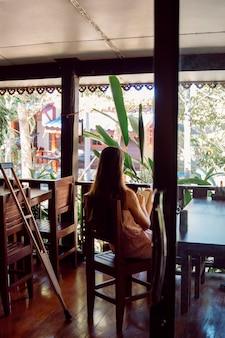 Mujer discapacitada pasar las vacaciones en un resort de lujo. naturaleza y tiempo de relax. bungalows rústicos para un verano increíble.