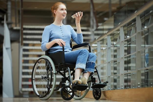 Mujer discapacitada que usa el teléfono para conversar