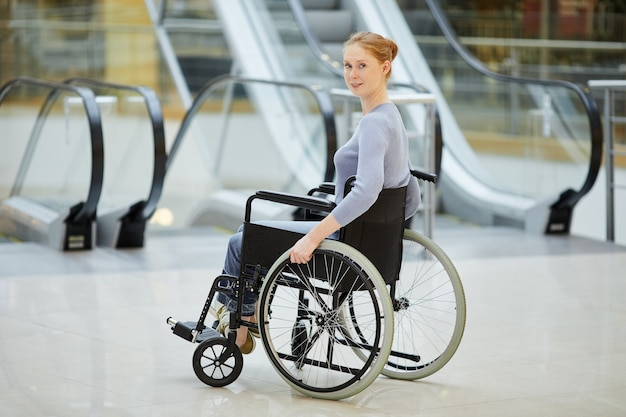Mujer discapacitada en silla de ruedas en la tienda