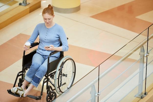 Mujer discapacitada trabajando en el teléfono