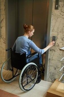 Mujer discapacitada usando el ascensor