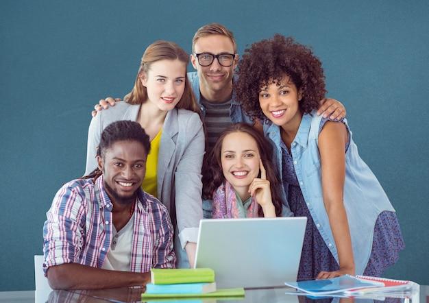 Mujer diseñador de la educación superior dobla el trabajo en equipo