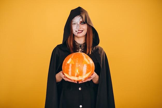 Mujer en un disfraz de halloween