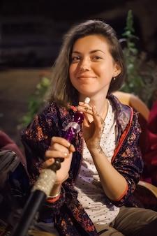 Mujer disfruta de la cachimba