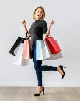 La mujer disfruta de las compras