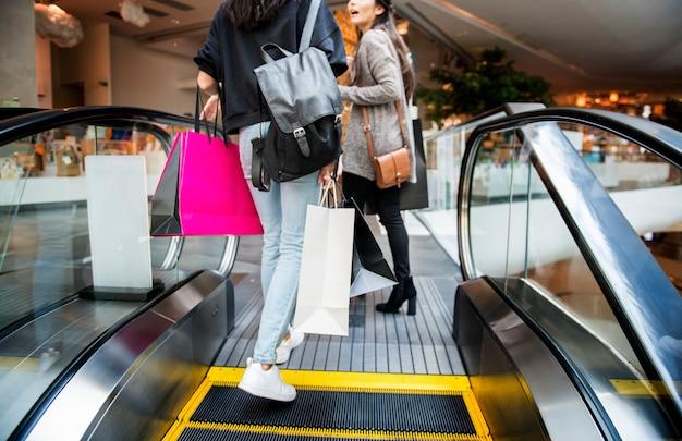 La mujer disfruta de concepto de compras