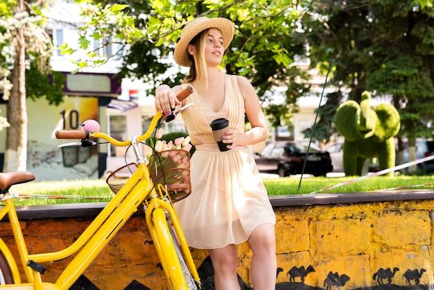 Mujer disfruta la taza de café