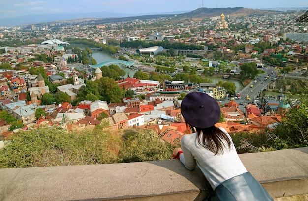 Mujer disfruta de la vista aérea de tbilisi