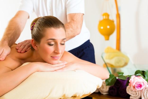 Mujer disfrutando de bienestar masaje de espalda