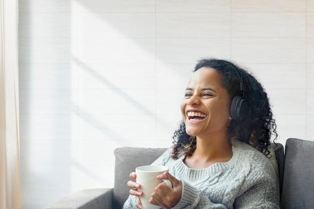 Mujer disfrutando de un café con espacio de diseño
