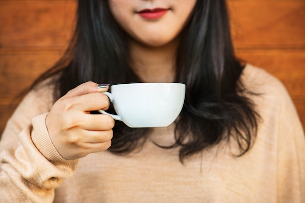 Mujer disfrutando de un café en el fin de semana