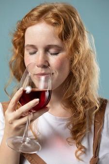Mujer disfrutando de una copa de vino tinto