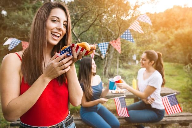 Mujer disfrutando de hot-dog