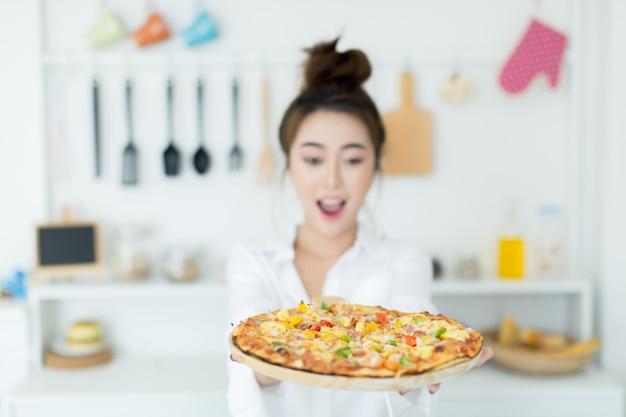 Mujer disfrutando de pizza