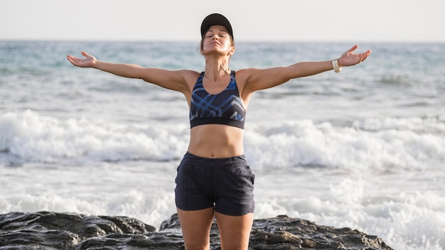 Mujer disfrutando de la playa después de correr