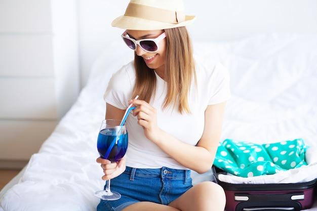 Mujer disfrutando de las vacaciones de verano en una habitación de hotel