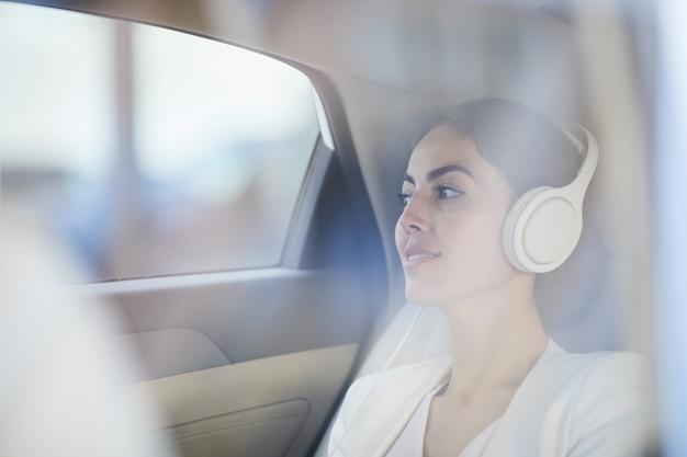 Mujer disfrutando de viaje en taxi