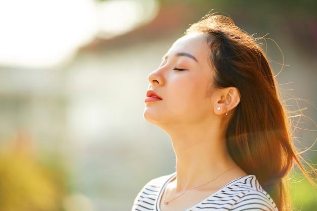 Mujer disfrutando el viento fresco