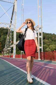 Mujer disfrutando de la vista mientras viaja sola
