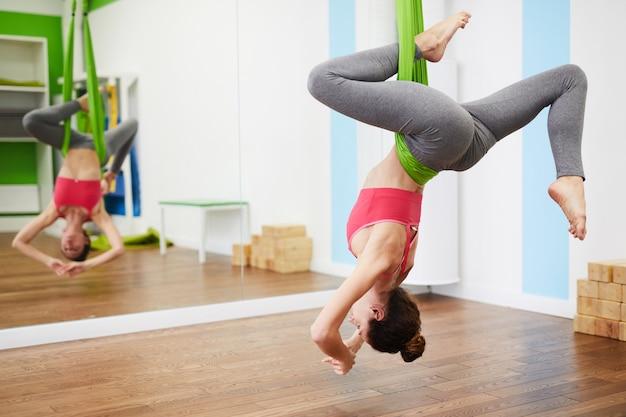 Mujer disfrutando de yoga aeral