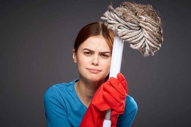 Mujer disgustada sosteniendo en la mano el estilo de vida de las tareas del hogar