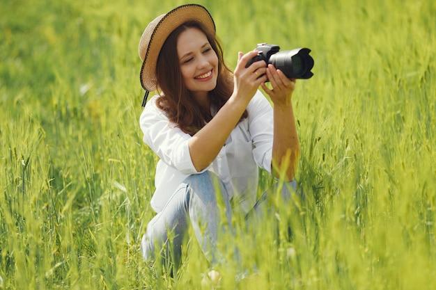 Mujer disparando en un campo de verano