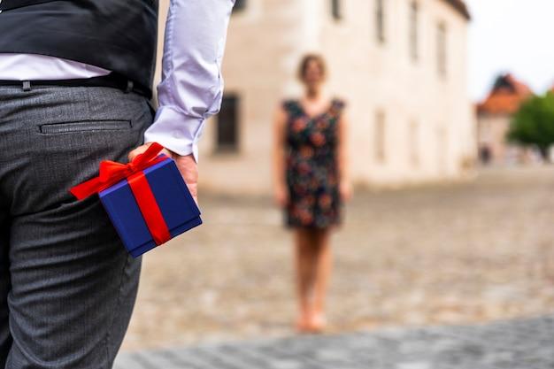Mujer a distancia y regalo.