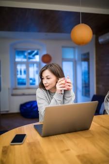 La mujer se distrae con algo durante su ocupado trabajo en casa