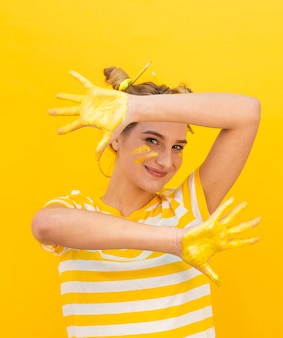 Mujer divertida con manos pintadas