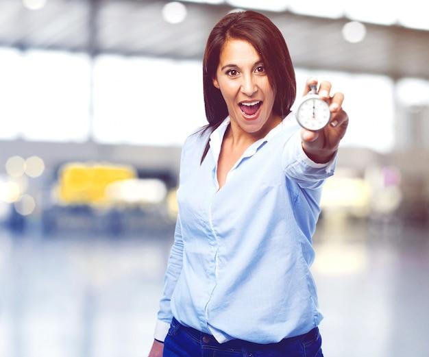 Mujer divertida mostrando un cronómetro
